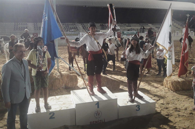 Türkiye Geleneksel Spor Dalları Federasyonu tarafından düzenlenen Atlı Okçuluk Türkiye Şampiyonası Yıldızlar Finali'nin de Dursunbey'den Arif Eğinli Türkiye birincisi oldu