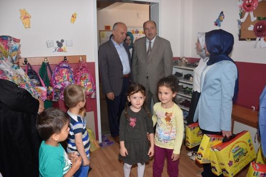 Dursunbey'de Okula Yeni Başlayan Öğrencilere Hediyeler Başkandan