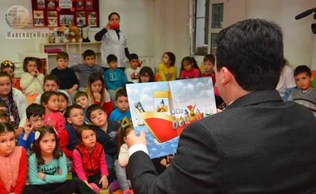 Altıeylül Belediye Başkanı Hasan Avcı minik öğrencilere masal anlattı
